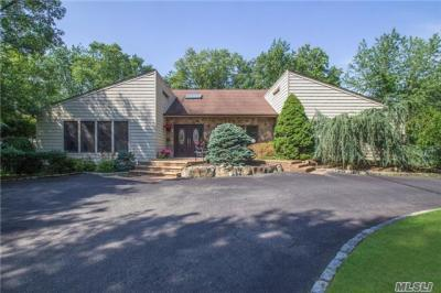 Photo of 4 Turret Ln, Woodbury, NY 11797