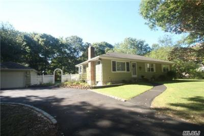 Photo of 104 Old Broadway Ave, Sayville, NY 11782