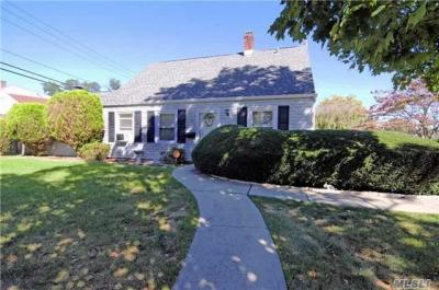 Photo of 1 Honeysuckle Rd, Levittown, NY 11756