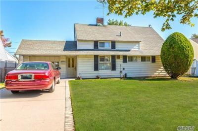 Photo of 21 Weaver Ln, Levittown, NY 11756