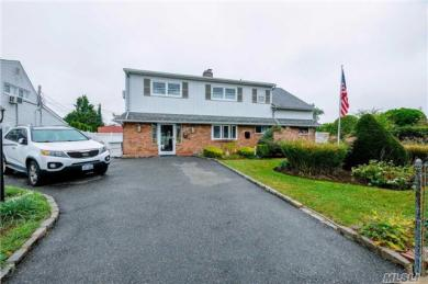 35 Meander Ln, Levittown, NY 11756