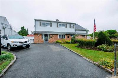 Photo of 35 Meander Ln, Levittown, NY 11756