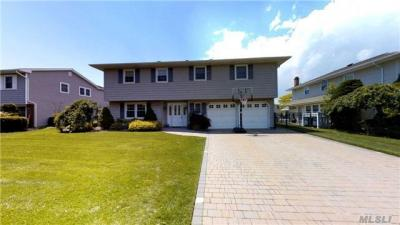 Photo of 102 Anchorage Dr, West Islip, NY 11795