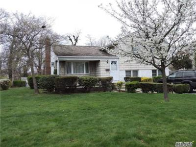 Photo of 722 Tanglewood Rd, West Islip, NY 11795
