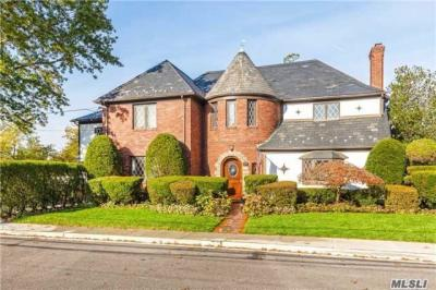 Photo of 38 Royal Ct, Rockville Centre, NY 11570