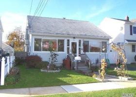 14 Whitman Ave, Bellmore, NY 11710