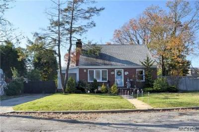 Photo of 670 Hoover St, East Meadow, NY 11554