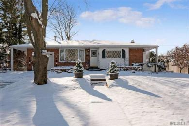 11 Bayberry Dr, St James, NY 11780