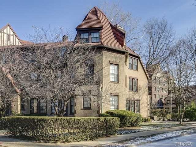 7 Middlemay Cir, Forest Hills, NY 11375