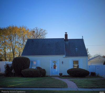Photo of 18 Balsam Ln, Levittown, NY 11756