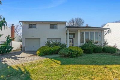 Photo of 325 Old Westbury Rd, East Meadow, NY 11554