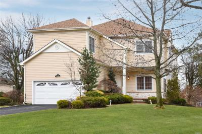 Photo of 469 Greenbriar Ct, North Hills, NY 11576