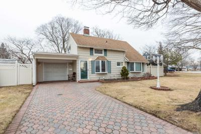 Photo of 39 Elves Ln, Levittown, NY 11756