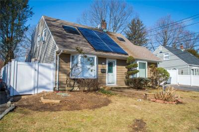 Photo of 14 Buttercup Ln, Levittown, NY 11756