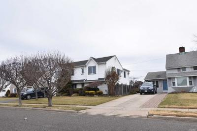 Photo of 86 Weaving Ln, Wantagh, NY 11793