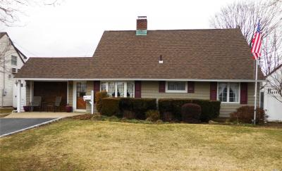 Photo of 9 Star Ln, Levittown, NY 11756