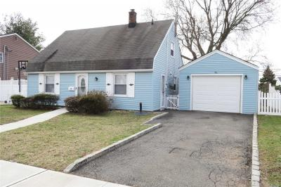 Photo of 10 Spring Ln, Levittown, NY 11756