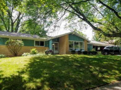 225 Maplewynde Rd, West Bend, WI 53095