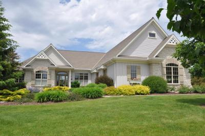 Photo of 580 Southern Oak Cir, Hartland, WI 53029