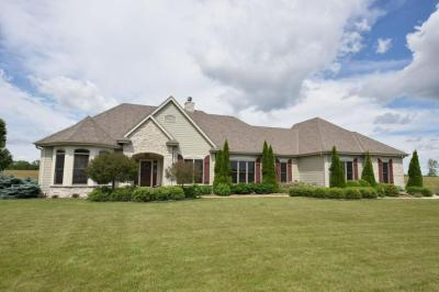 Photo of 842 Tallgrass Dr, Grafton, WI 53024