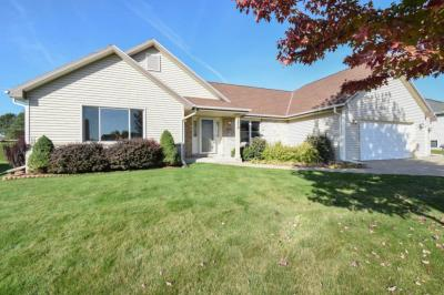 Photo of 8885 S Pond View Dr, Oak Creek, WI 53154