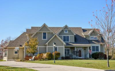 Photo of 618 Pond View Ct, Pewaukee, WI 53072
