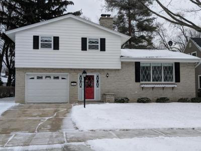Photo of 927 Sunset Dr, West Bend, WI 53095