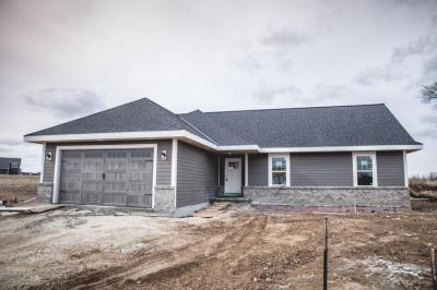Photo of 232 Farmstead Dr, Slinger, WI 53086