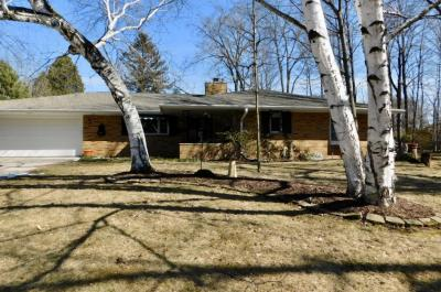 Photo of 412 Oakwood Dr, Thiensville, WI 53092