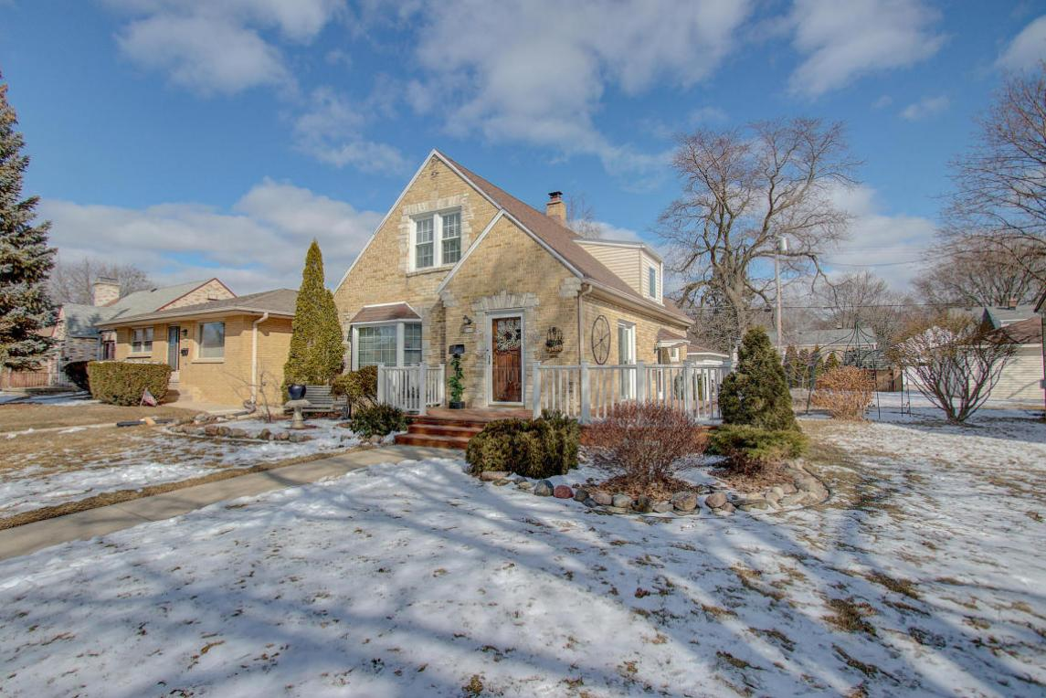 2068 S 106th St, West Allis, WI 53227