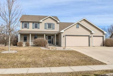 216 Royal Ridge Dr, Oconomowoc, WI 53066