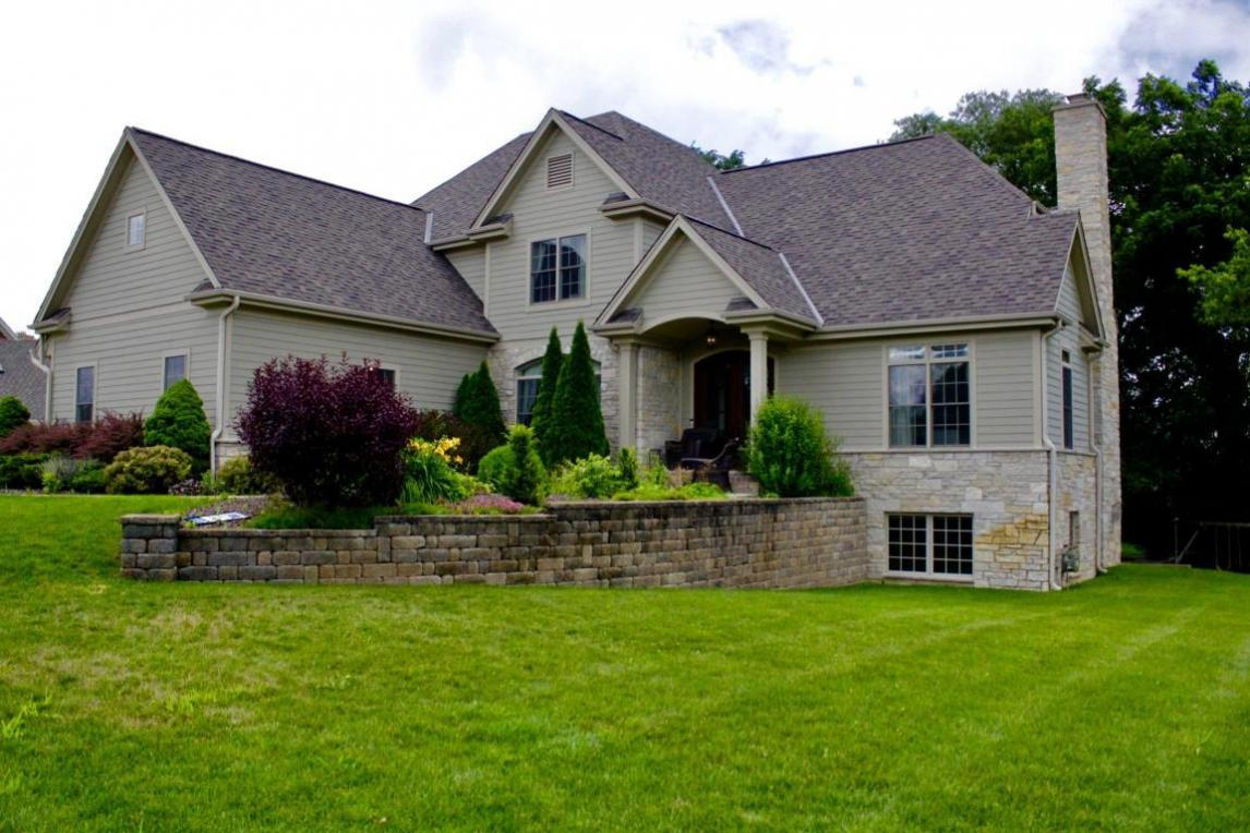 2000 Carriage Hills Dr, Delafield, WI 53018