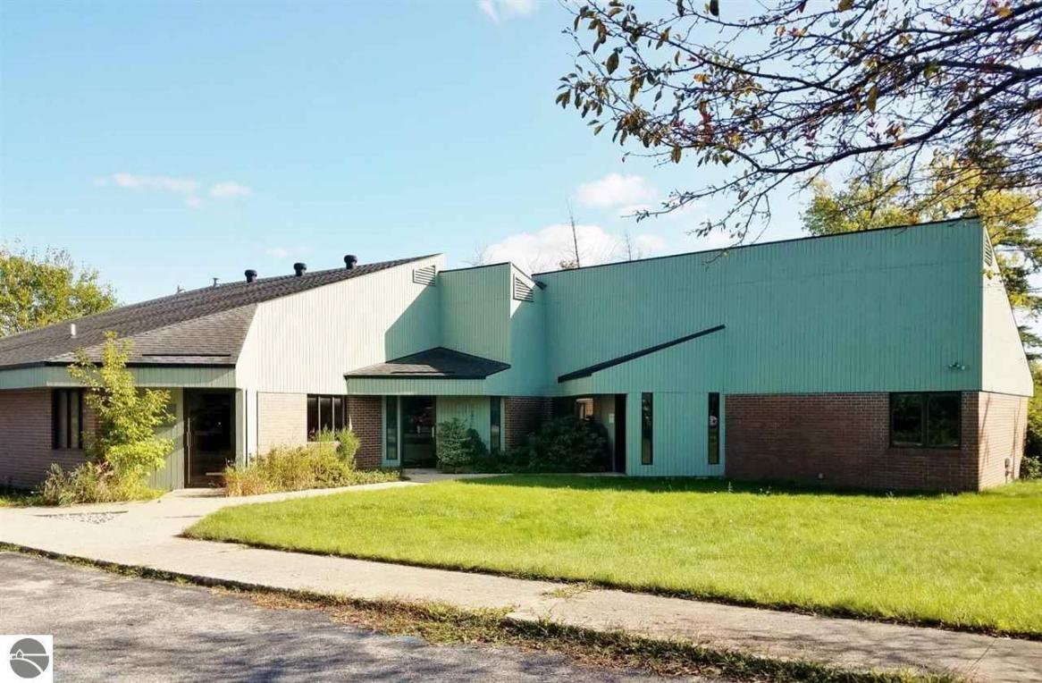 425 N Michigan Avenue, Beulah, MI 49617