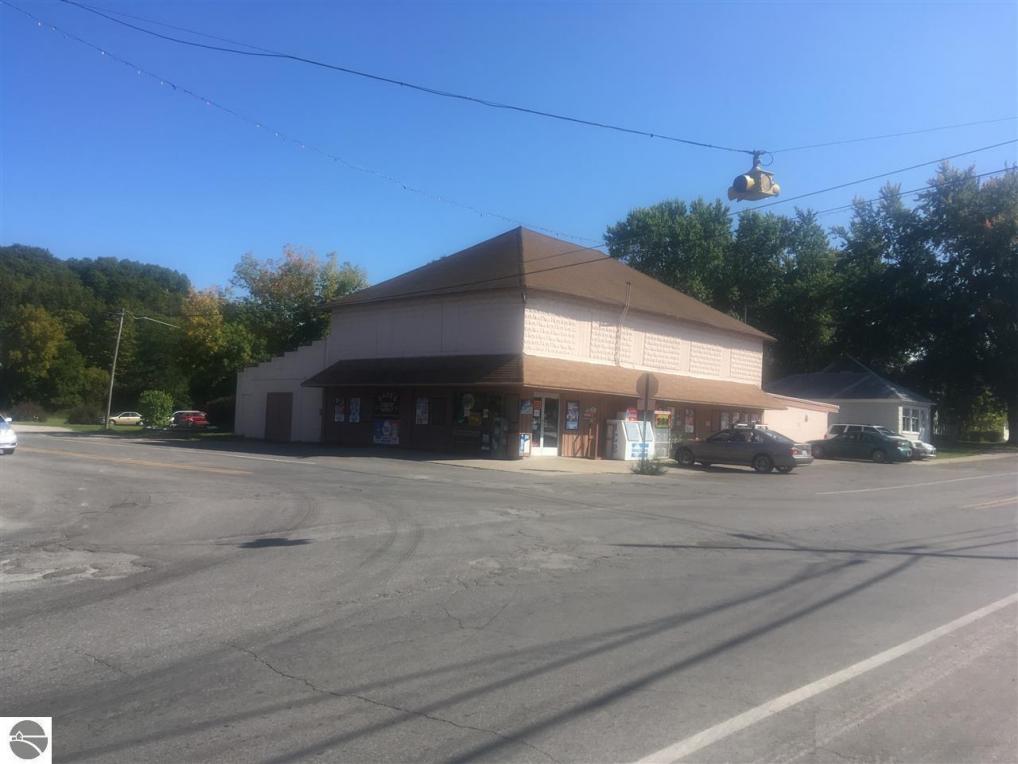 8647 S Maple City Road, Maple City, MI 49664