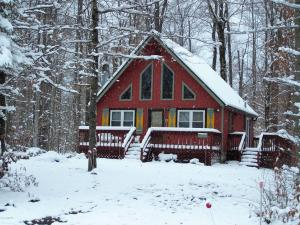 CHARMING CHALET NESTLED IN THE WOODS OF ARROWHEAD LAKES 18347-CALL ARLENE FOR YOUR APPT TODAY 570-269-2319
