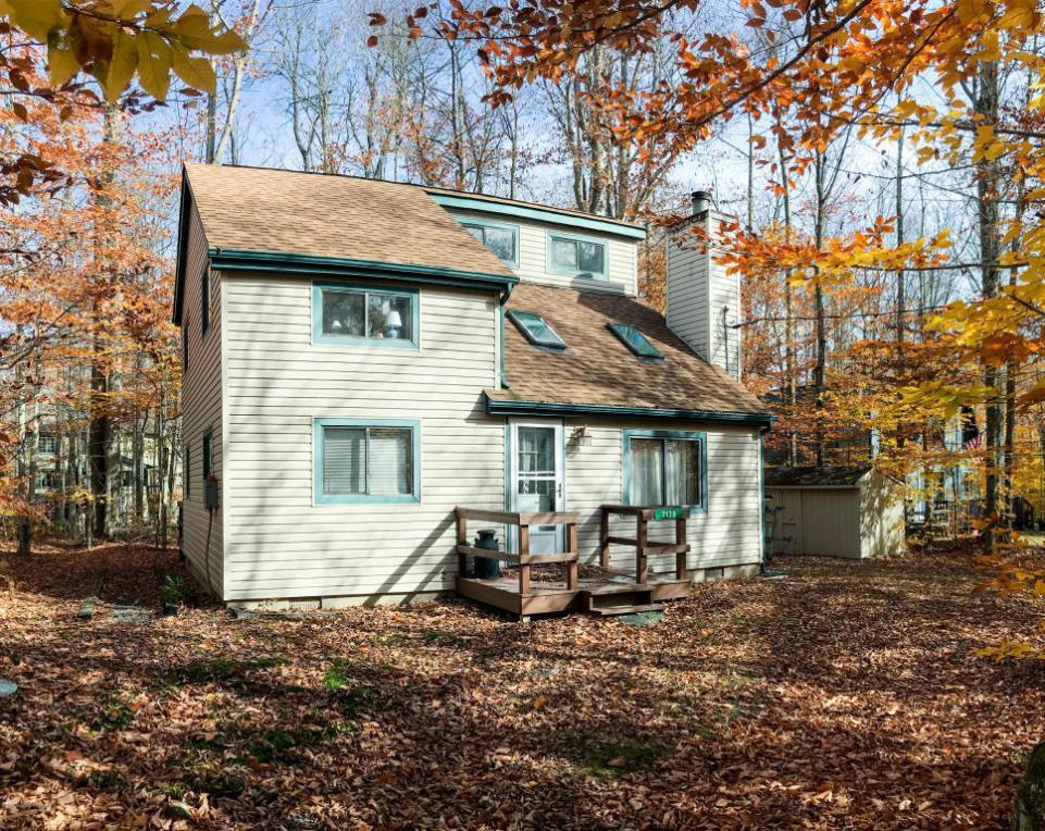 7175 Winnebago Dr, Pocono Lake, PA 18347