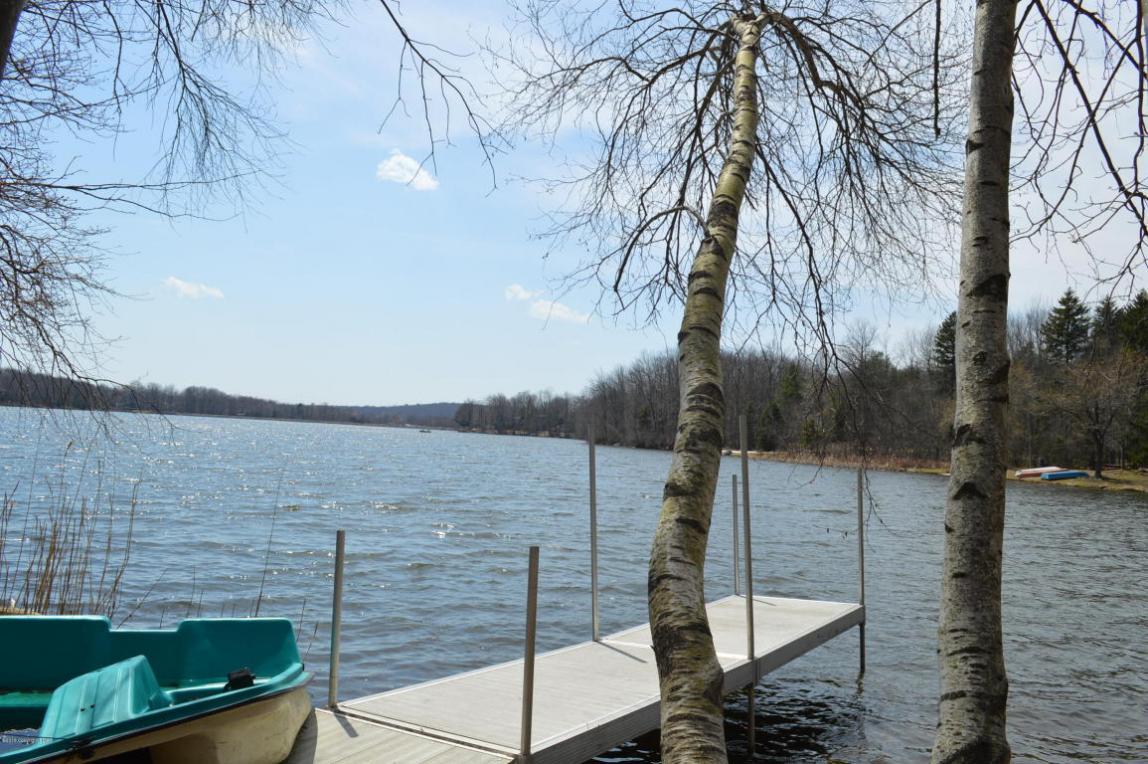 286 N Arrow Dr, Pocono Lake, PA 18347