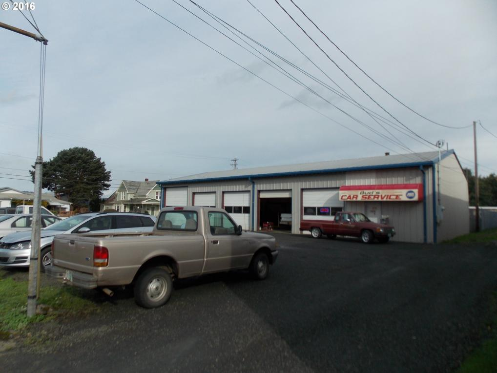207 6th St, Myrtle Point, OR 97458