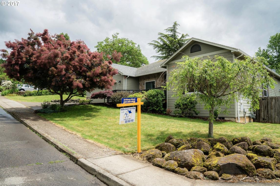 321 W Center St, Silverton, OR 97381