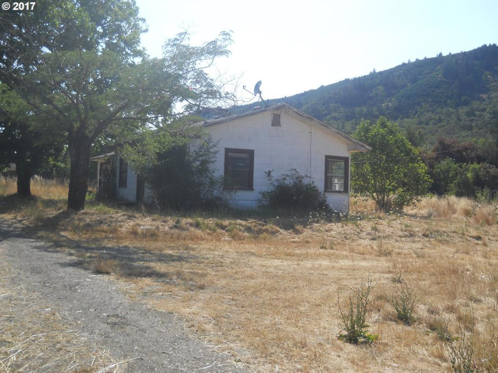 736 E St, Riddle, OR 97469