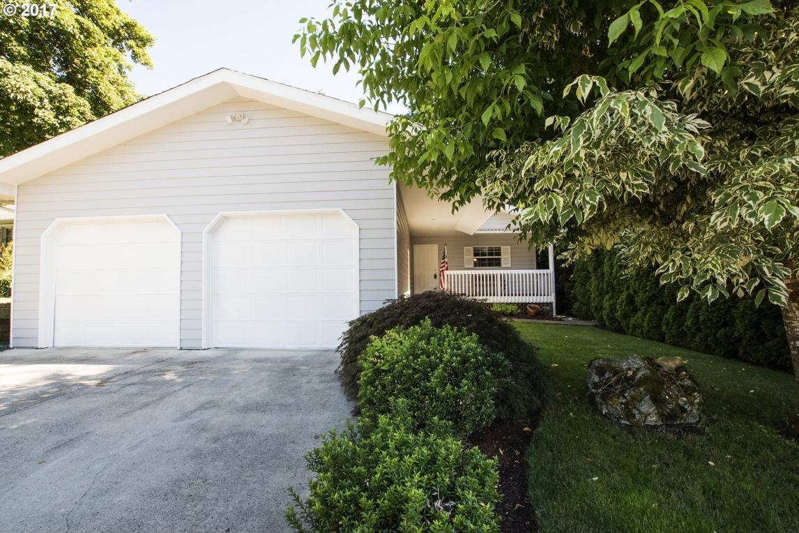 1135 Tyler Ave, Cottage Grove, OR 97424