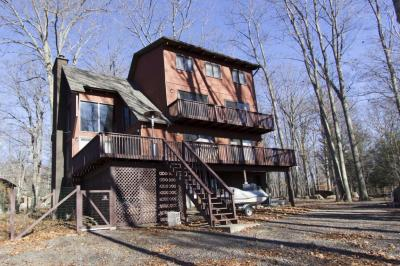 Photo of 28 W Lakeside Dr, Lakeville, PA 18438