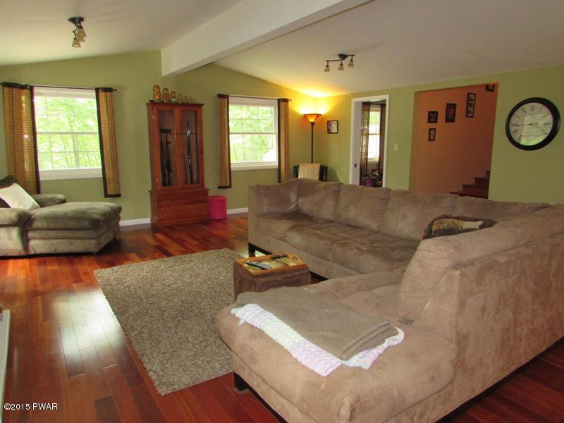 802 Hickory Ct, Lords Valley, PA 18428