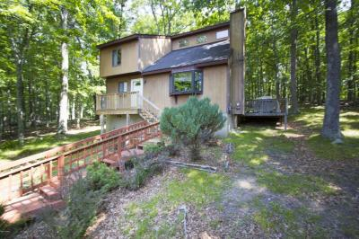 Photo of 131 Forest Ridge Dr, Hawley, PA 18428