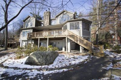 Photo of 305 Hickory Dr, Lakeville, PA 18438
