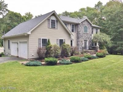 Photo of 1028 Dewberry Dr, Hawley, PA 18428