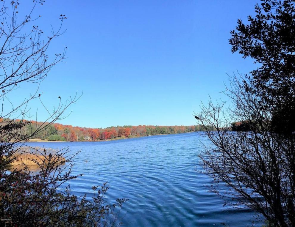612 Twin Lakes Rd, Shohola, PA 18458