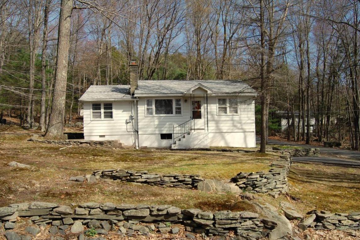 100 Oak Tree Dr, Greentown, PA 18426