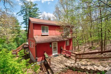 76 Covered Bridge Dr, Hawley, PA 18428