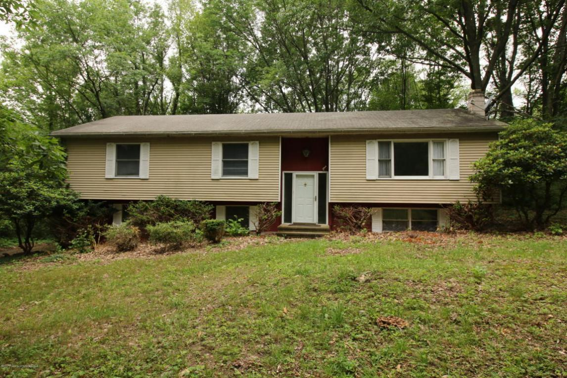 111 Camelot Dr, Newton Twp, PA 18411